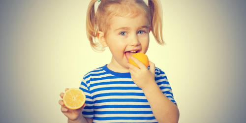 Aphte chez l'enfant : attention aux aliments acides